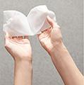 Retira la mascarilla del empaque y desenvuélvela. La mascarilla se encuentra entre dos capas de malla que la protegen.