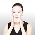 Retira una de las capas y aplica la mascarilla sobre el rostro limpio y seco. Coloca la mascarilla en la frente, mejillas, nariz, boca y alrededor de los ojos.