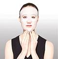 Aplica suavemente la mascarilla de modo que se encuentre totalmente adherida a la piel. También puedes aplicarla en los párpados si así lo prefieres.